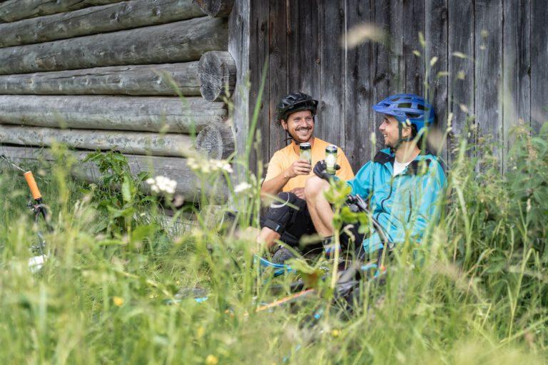 Zwei Personen stoßen mit eiskalter Limonade an - Chris Gollhofer Lifestyle Fotografie