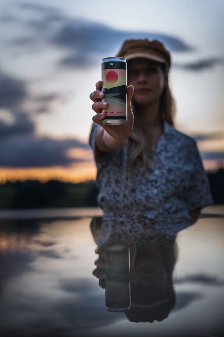 Junge Frau hält eine eiskalte Limonade - Chris Gollhofer Produktfotografie