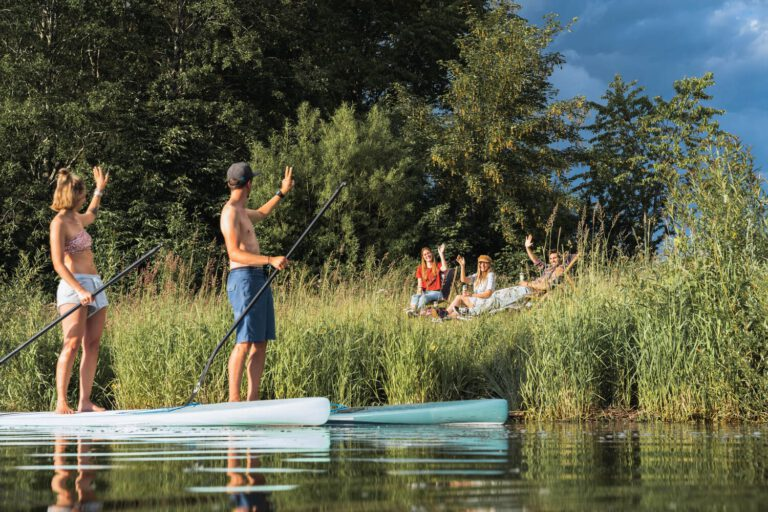 Stand Up Paddler auf einem See