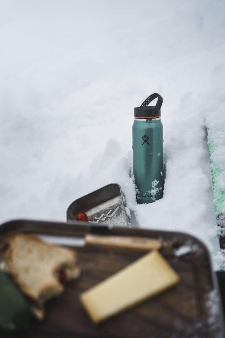 Thermosflasche im Schnee - Chris Gollhofer Produktfotografie