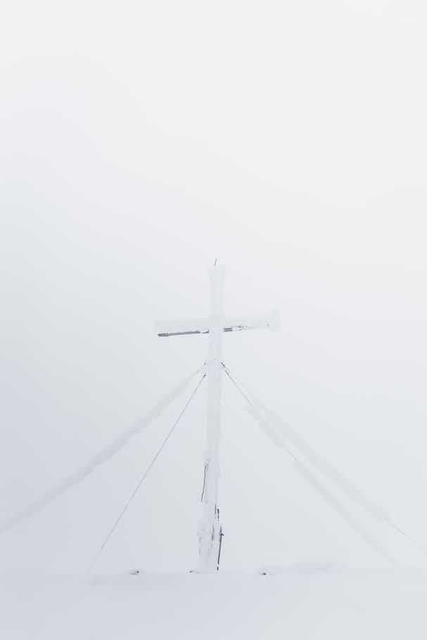 Verschneites Gipfelkreuz mit Neuschnee - Chris Gollhofer Lifestyle Fotografie