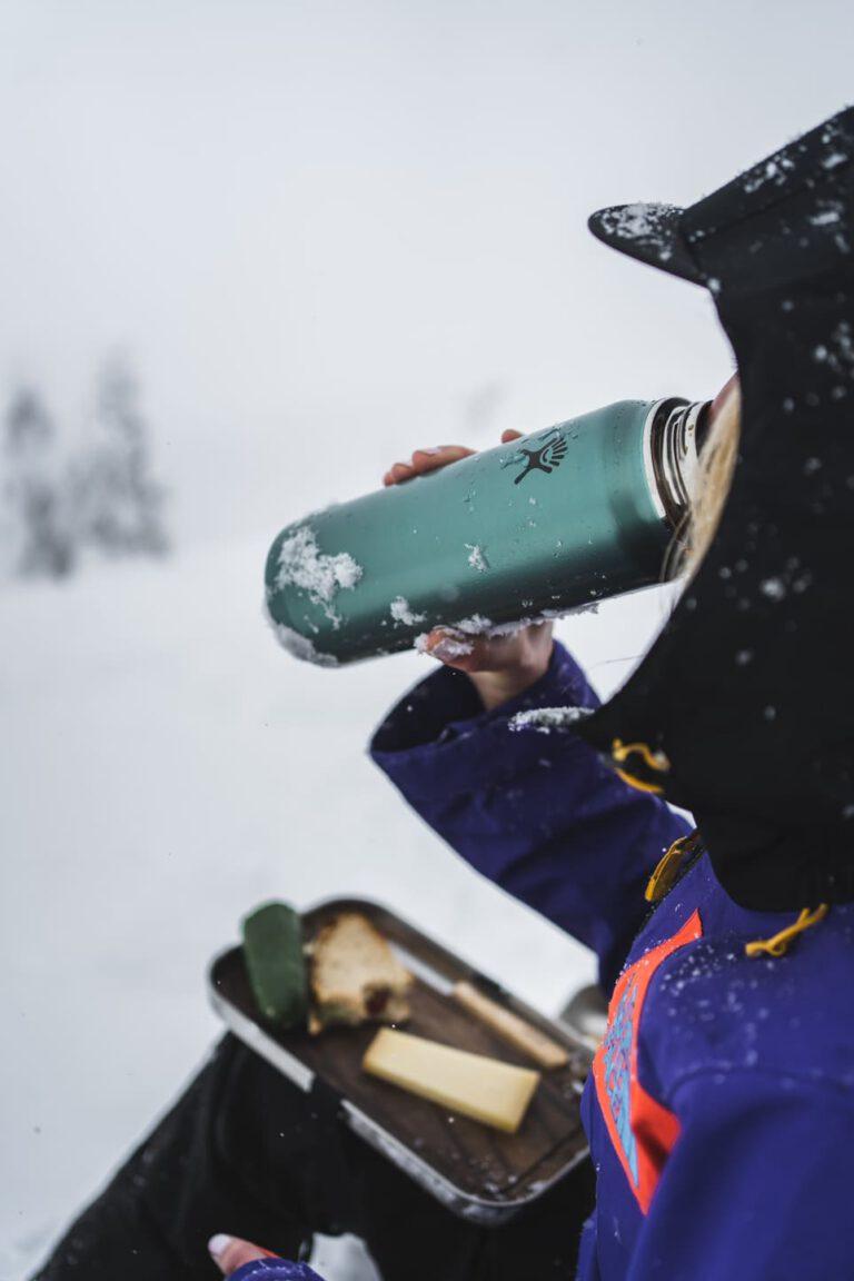 Frau trinkt aus Thermoskanne - Chris Gollhofer Produktfotografie