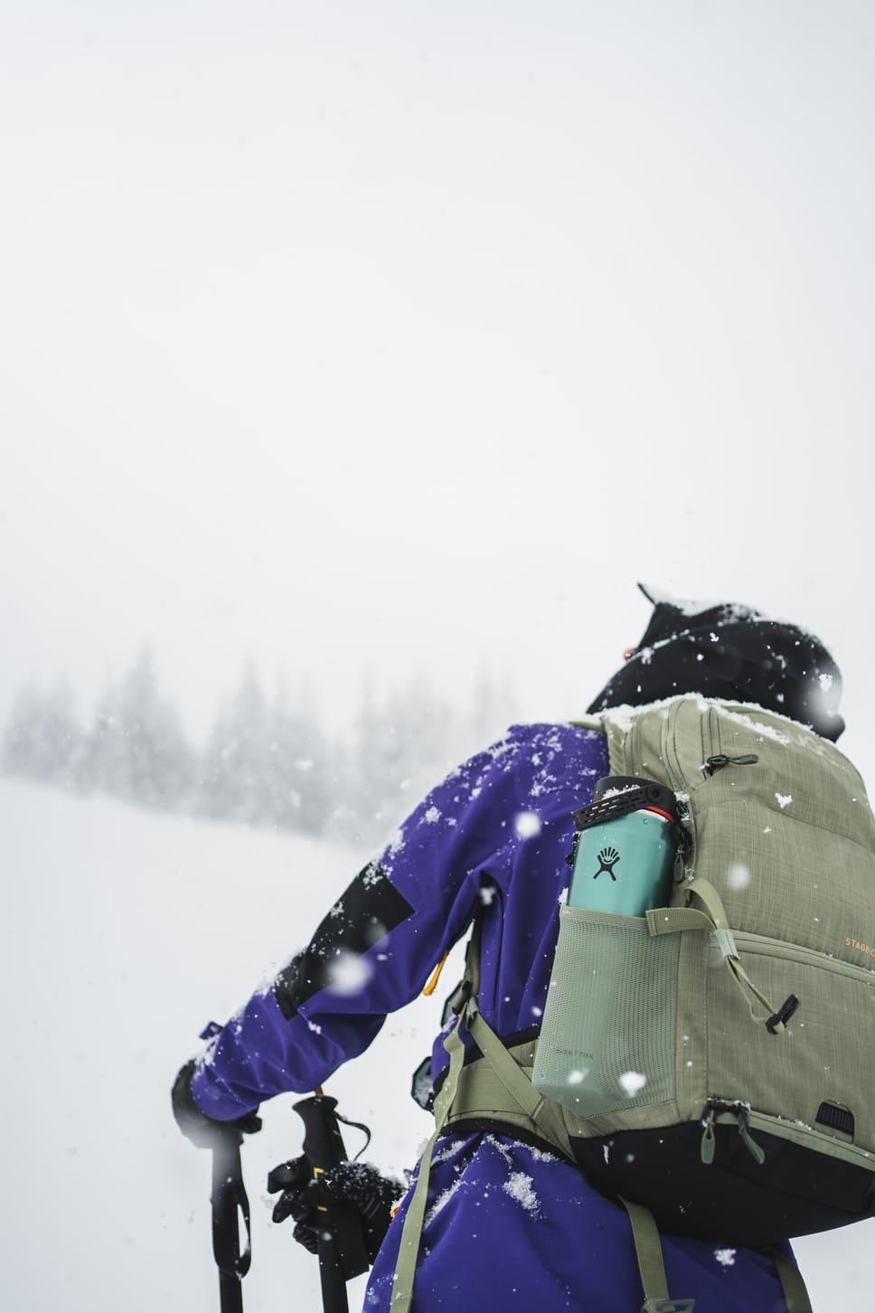 Frau im Neuschnee - Chris Gollhofer Lifestylefotografie
