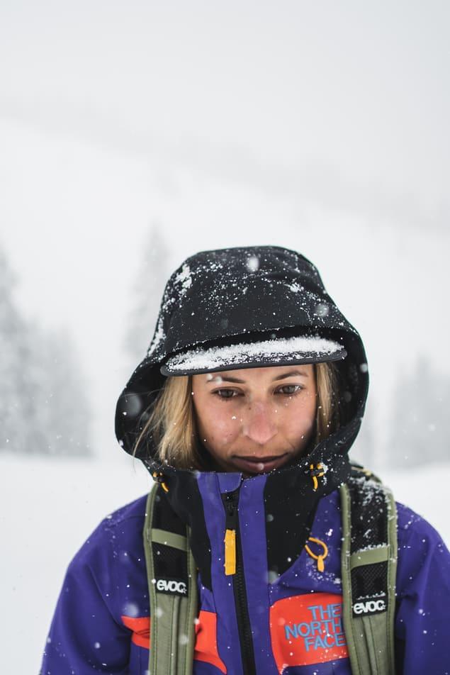 Portrait einer Frau im Neuschnee - Chris Gollhofer People Fotografie Innsbruck