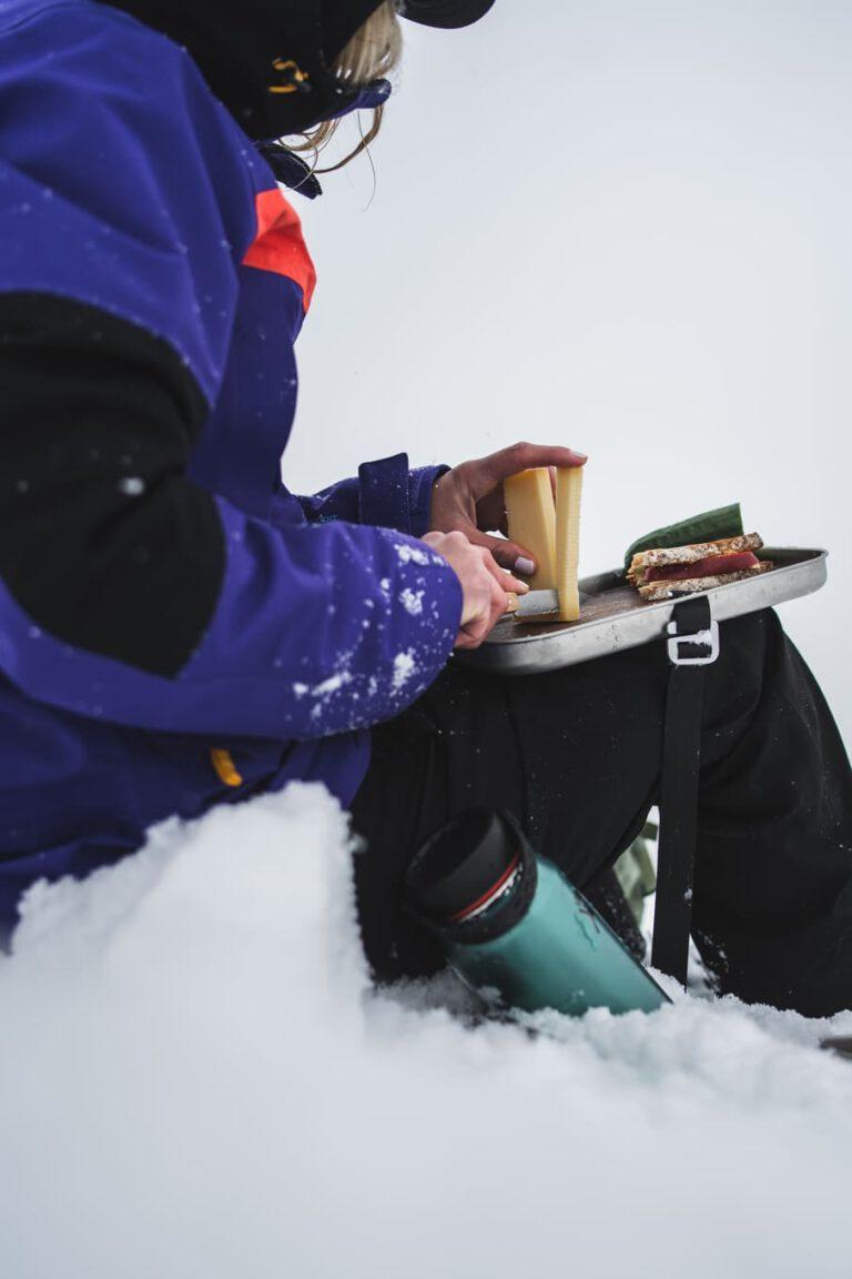 Brotzeit am verschneiten Gipfel - Chris Gollhofer Produktfotografie Soelden