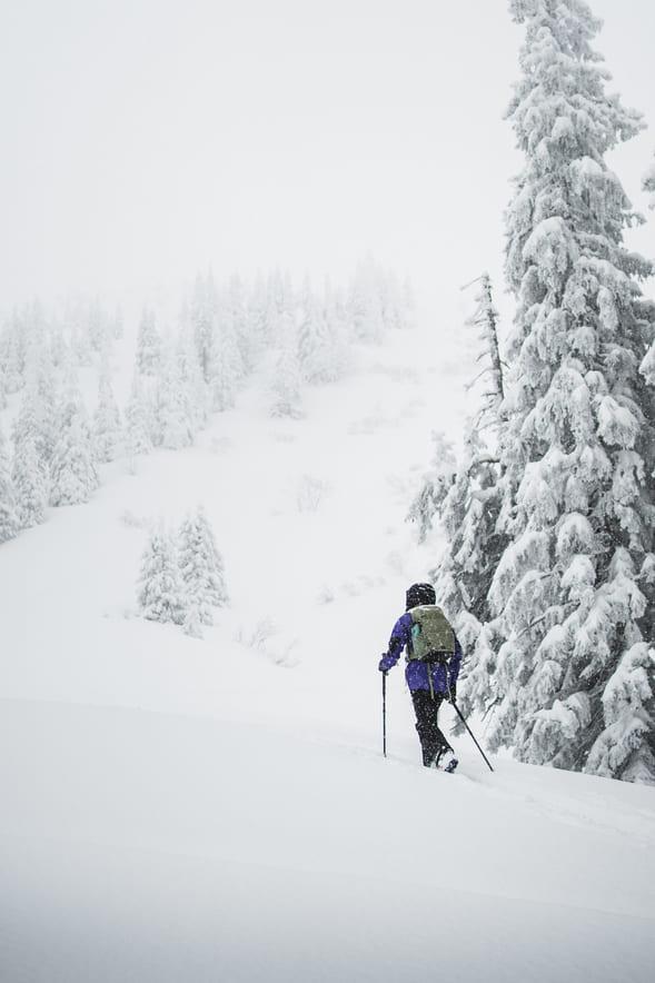 Frau beim Skitour gehen durch leichten Neuschnee - Chris Gollhofer Sportfotografie Alpen