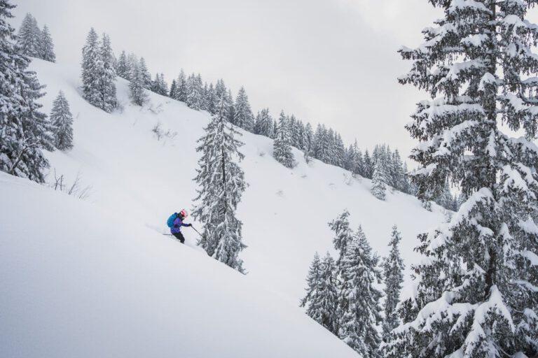 Frau beim Freeriden im frischen Neuschnee - Chris Gollhofer Sportfotografie Garmisch