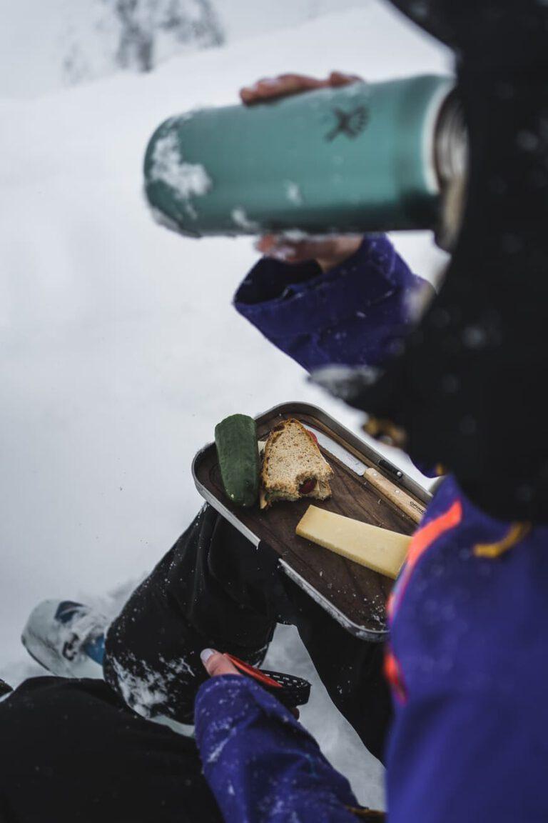 Gipfelbrotzeit mit Hydroflask und Patron Plasticfree Peaks - Chris Gollhofer Produktfotografie Österreich