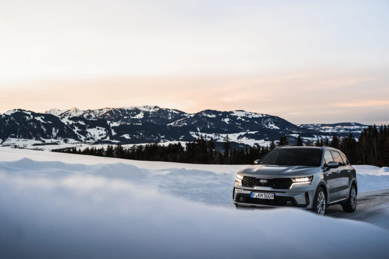 KIA Sorento auf verschneiter Bergstraße - Chris Gollhofer Carphotography Süddeutschland