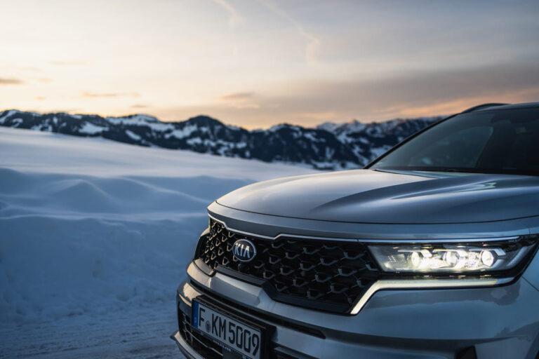 Frontpartie eines SUV in Berglandschaft - Chris Gollhofer Fotografie München