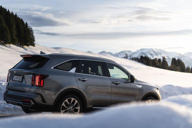 Auto im Schnee bei Sonnenuntergang - Chris Gollhofer Fotograf