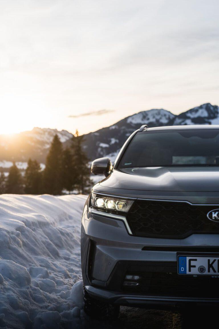 Auto neben einer Schneekante - Chris Gollhofer Lifestylefotografie Südtirol