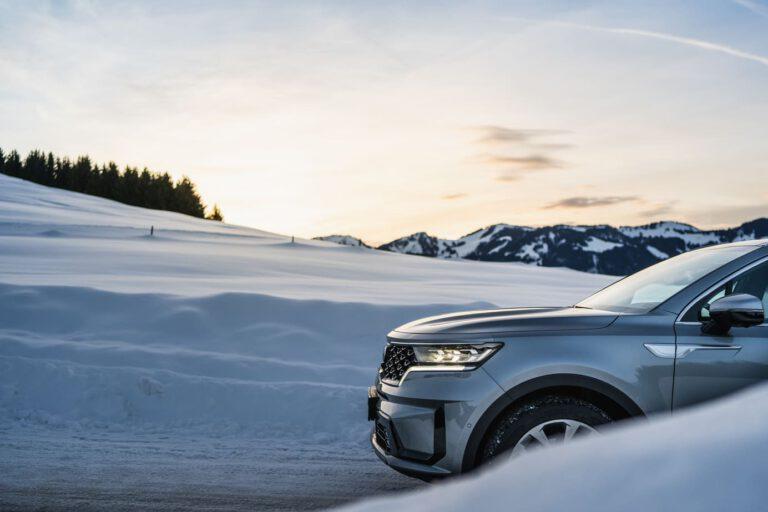 Frontpartie eines SUV in einer verschneiten Berglandschaft - Chris Gollhofer Produktfotografie München