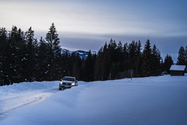 SUV KIA Sorento in der Abenddämmerung in einem Schneefeld - Chris Gollhofer Fotografie