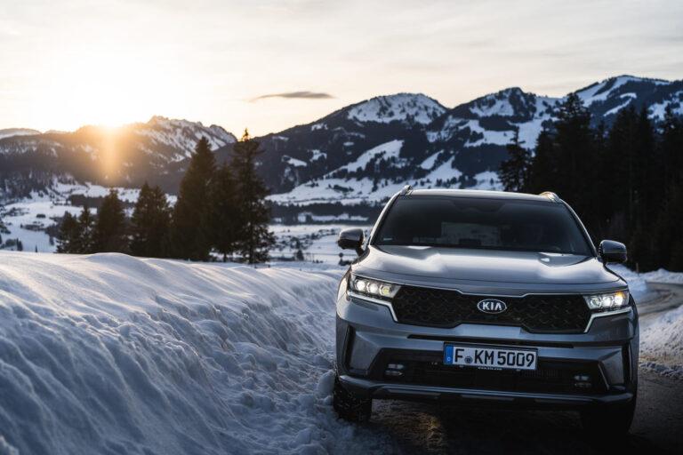 Auto auf einer verschneiten Bergstraße - Chris Gollhofer Autofotografie Süddeutschland