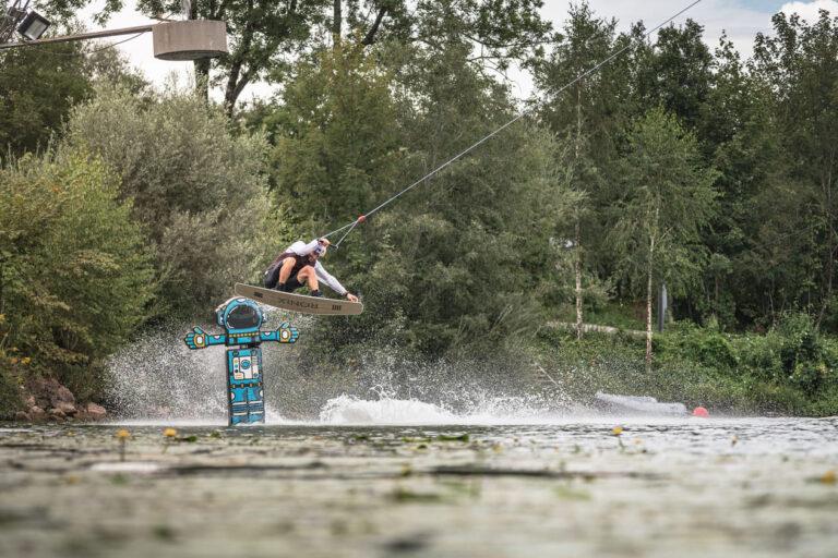 Dominik Hernler am Inselsee Alläu Red Bull Brettljause - Chris Gollhofer Sportfotograf