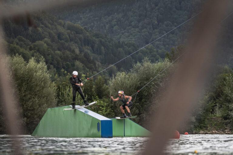 Wakeboardprofi Felix Georgii coacht Teilnehmer bei der Red Bull Brettljause - Chris Gollhofer Sport und Lifestyle Fotografie