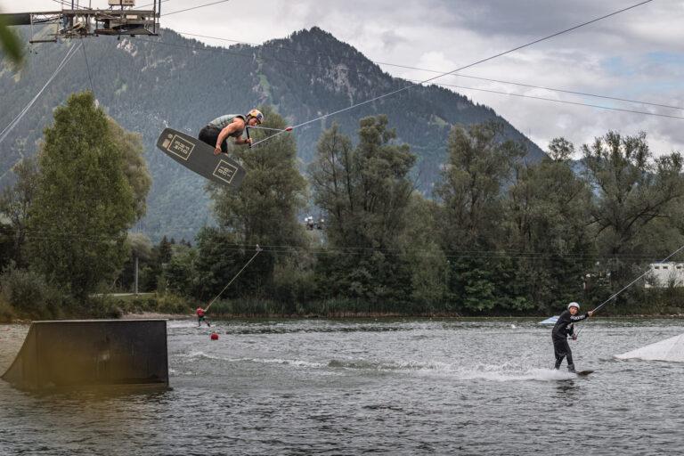 Wakeboarder Felix Georgii fliegt hoch bei der Red Bull Brettljause - Chris Gollhofer Sport und Lifestyle Fotograf